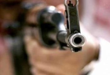 خلافات عائلية تدفع رجلا الى قتل زوجته وابنه رميا بالرصاص