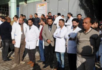 الممرضون في الناصرية ينظمون وقفة احتجاجية ضد اعتداءات المراجعين - تقرير مصور -