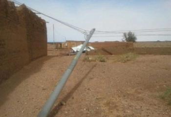 سقوط عشرات الأعمدة الكهربائية بسبب عاصفة ضربت ذي قار