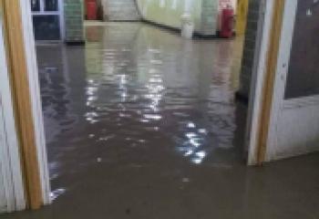 بالصورة: المطر يُغرِق كلية التربية بذي قار ويعطل الدوام المسائي فيها