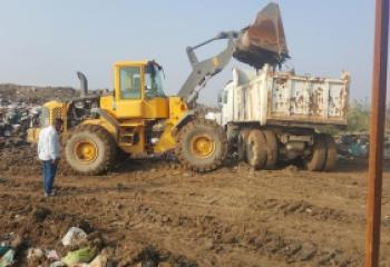 بلدية الشطرة تنفذ حملة لإزالة الطين والترسبات الناجمة عن المطر