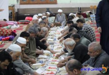 عشرات المصلين يحيون سنة الاعتكاف بمسجد الشيخ عباس الكبير في الناصرية - تقرير مصور -