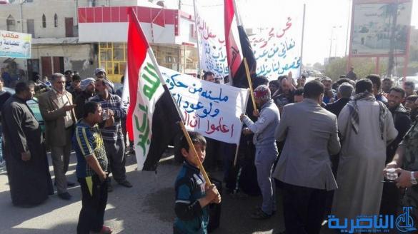 سائقوا الاجرة يتظاهرون للمطالبة بانشاء مراب للنقل وسط الناصرية - تقرير مصور -