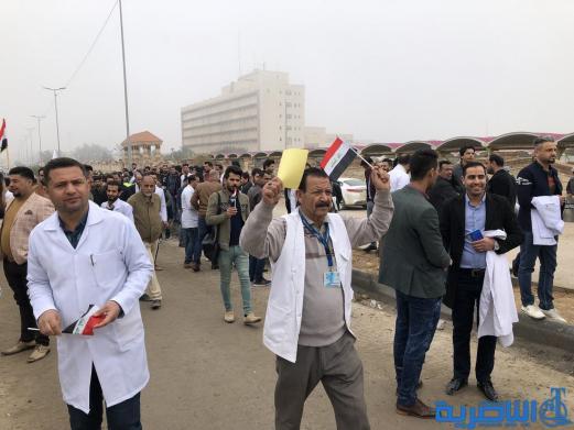 """ذي قار :ذوو المهن الصحية يعتصمون احتجاجا على """"التسويف"""" في تنفيذ مطالبهم"""