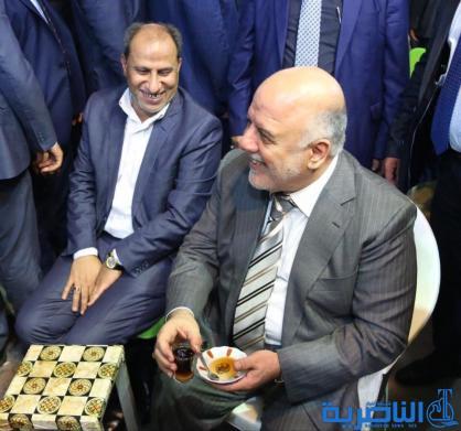 بالصور: شاي وسيلفي ، العبادي متجولا في شوارع الناصرية