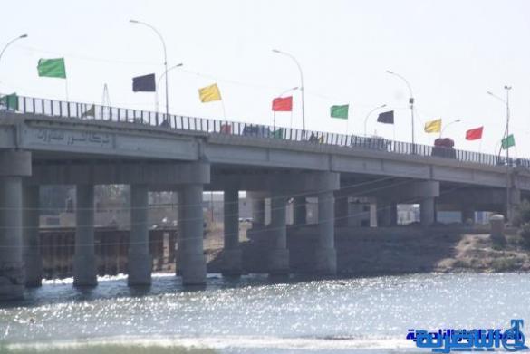 الناصرية تباشر بنصب جسر فهد بديلا عن الجسر الكونكريتي لترميمه