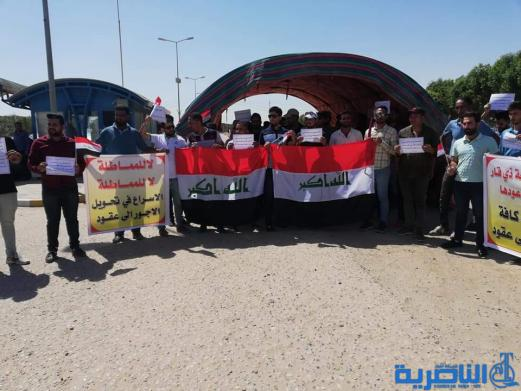 العشرات من الاجراء يعتصمون امام جامعة ذي قار للمطالبة بتحويلهم لمتعاقدين