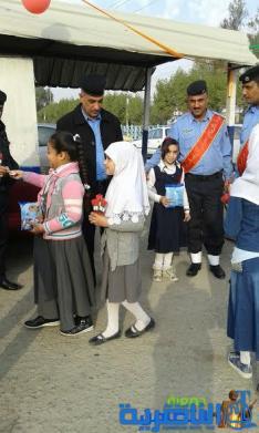في مبادرة معبّرة عن الأعتزازوالأحترام ...تلاميذ مبرة الفضلية يوزعون الورود على رجال الشرطة احتفالا بعيدهم(مصور)
