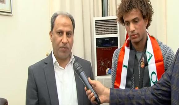 فيديو:محافظ ذي قار يكرم لاعب المنتخب الاولمبي مازن فياض