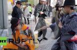 عمال نظافة في طوكيو يرتدون زي المحاربين القدامى (فيديو)
